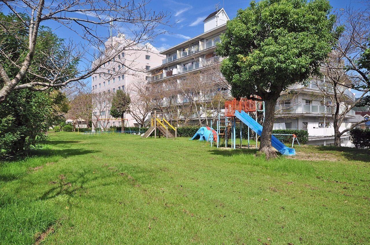 小さい子どもがいる家庭には嬉しい公園。日曜には明るい声がよく聞こえます。