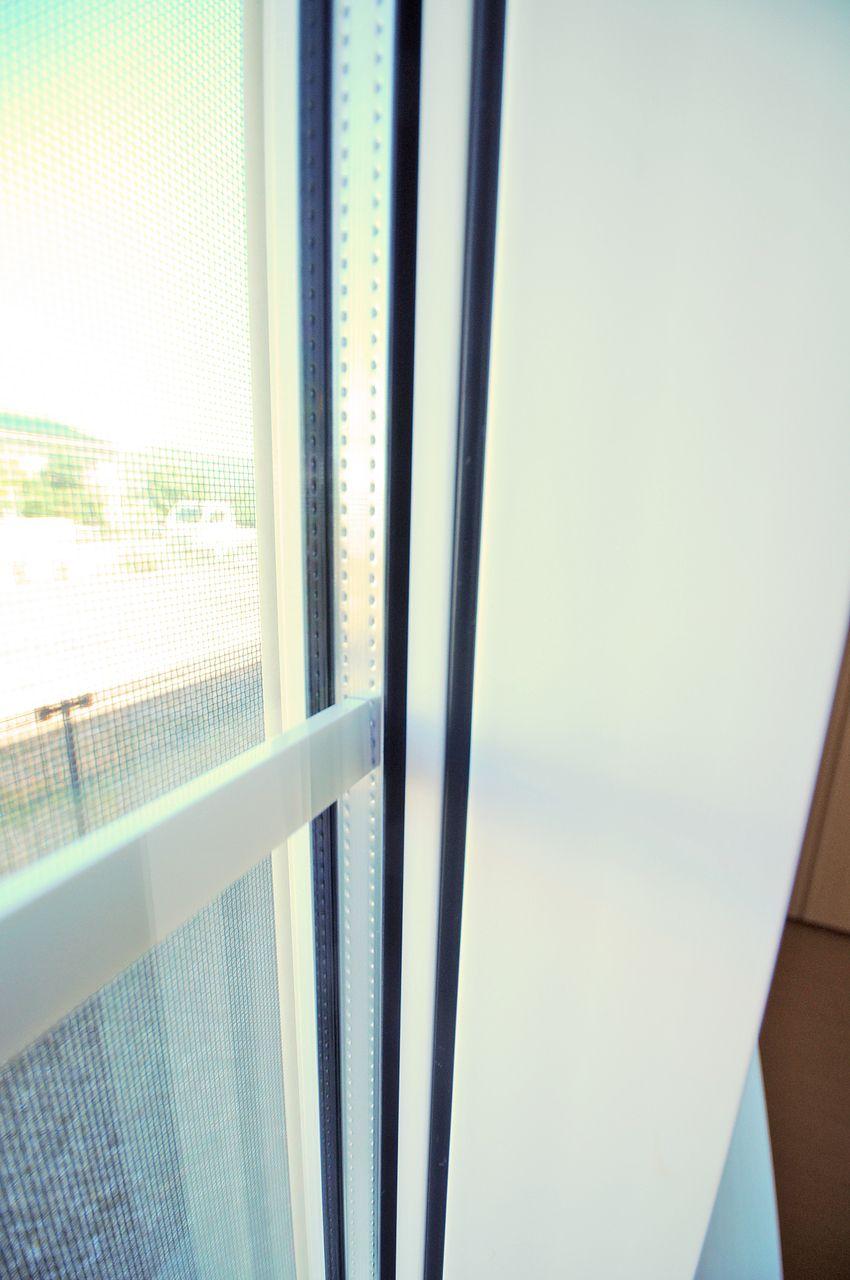 ガラスとガラスの間に密閉された中間層をもち、光の透過性を保ちつつ、断熱効果を得られるペアガラス。ガラス表面に発生する結露も防いでくれます。