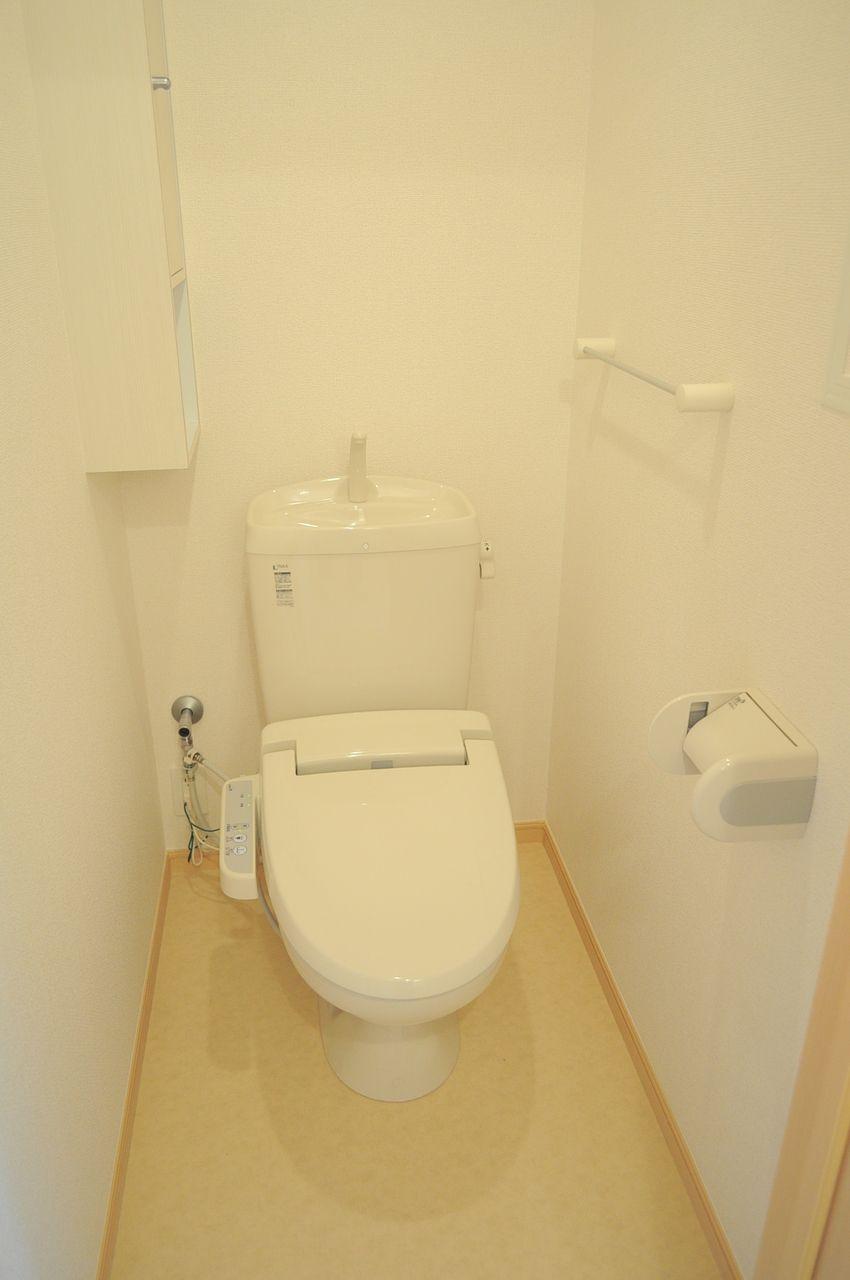 定番のウォシュレットも付いています。小さいですがトイレ内に収納もあって、予備のトイレットペーパー等を収納できます。