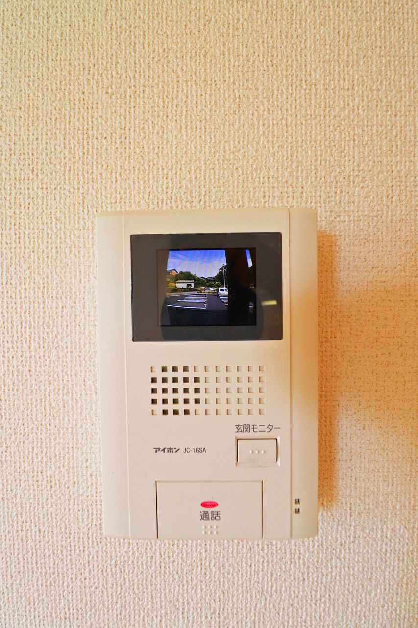 防犯対策にカラーモニターホン!玄関ドアを開ける前にまず顔と用件を確認しましょう。