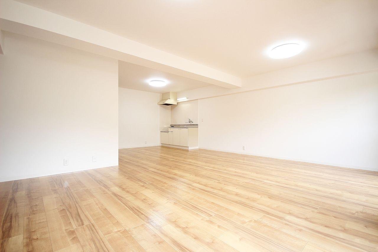 元々3DKのお部屋。南側の部屋とDKを繋げたことで、21畳の広々したリビングになりました。