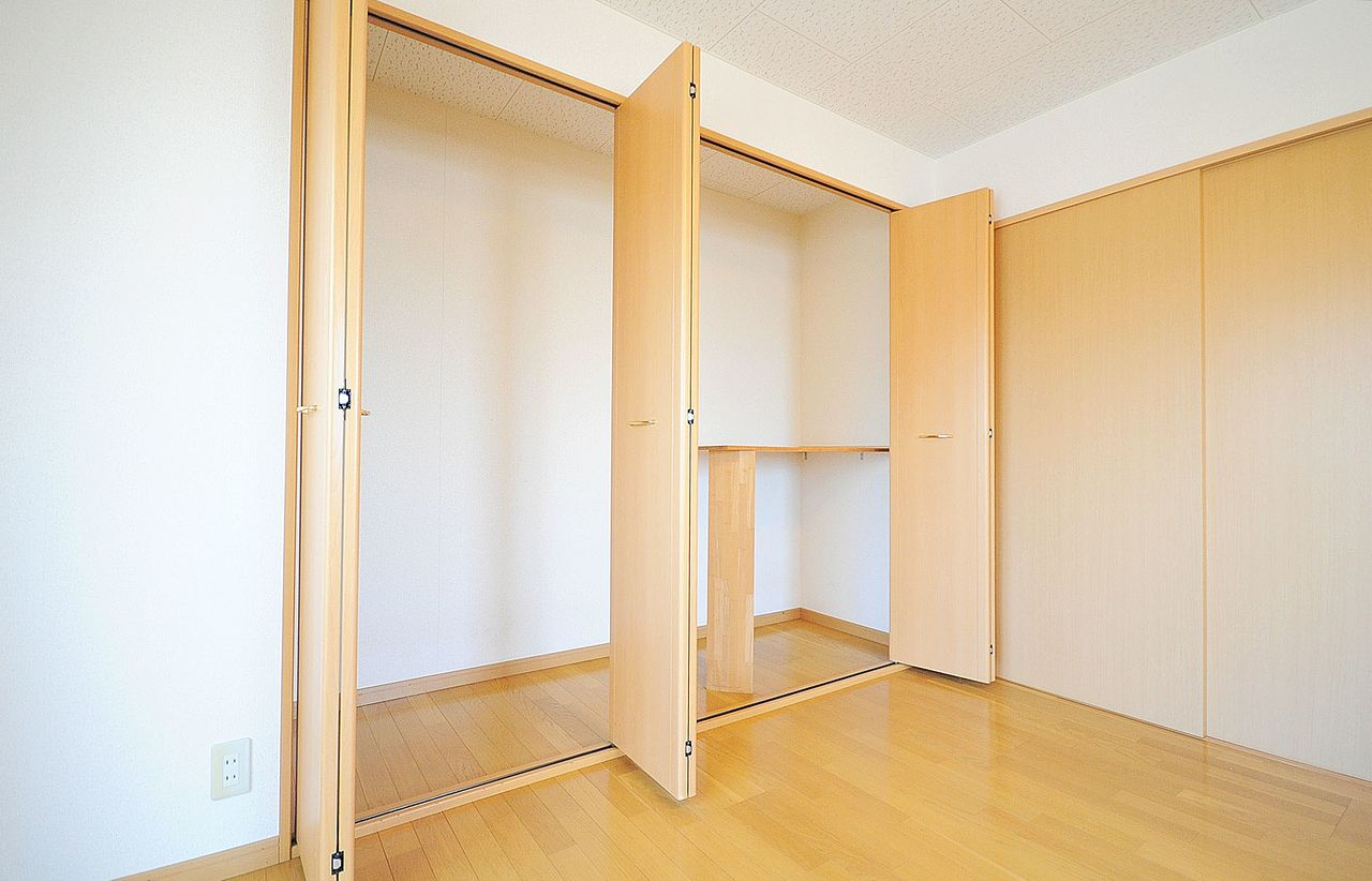 洋室には大型の荷物もらくらく入れられる収納があります。