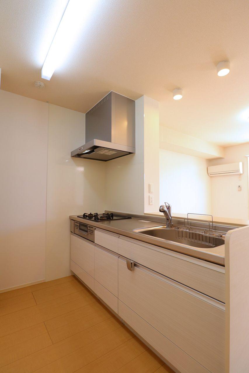 人気のカウンターキッチンにコンロやグリルが搭載されています。リビングの様子を見ながら料理に取り組めますよ。