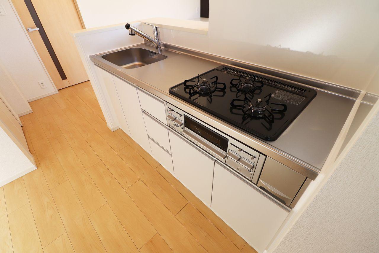 ガスコンロ3口に魚焼きグリル、浄水器付シャワー水栓がついたキッチンです♪(浄水器は別途カートリッジ代が必要です。)