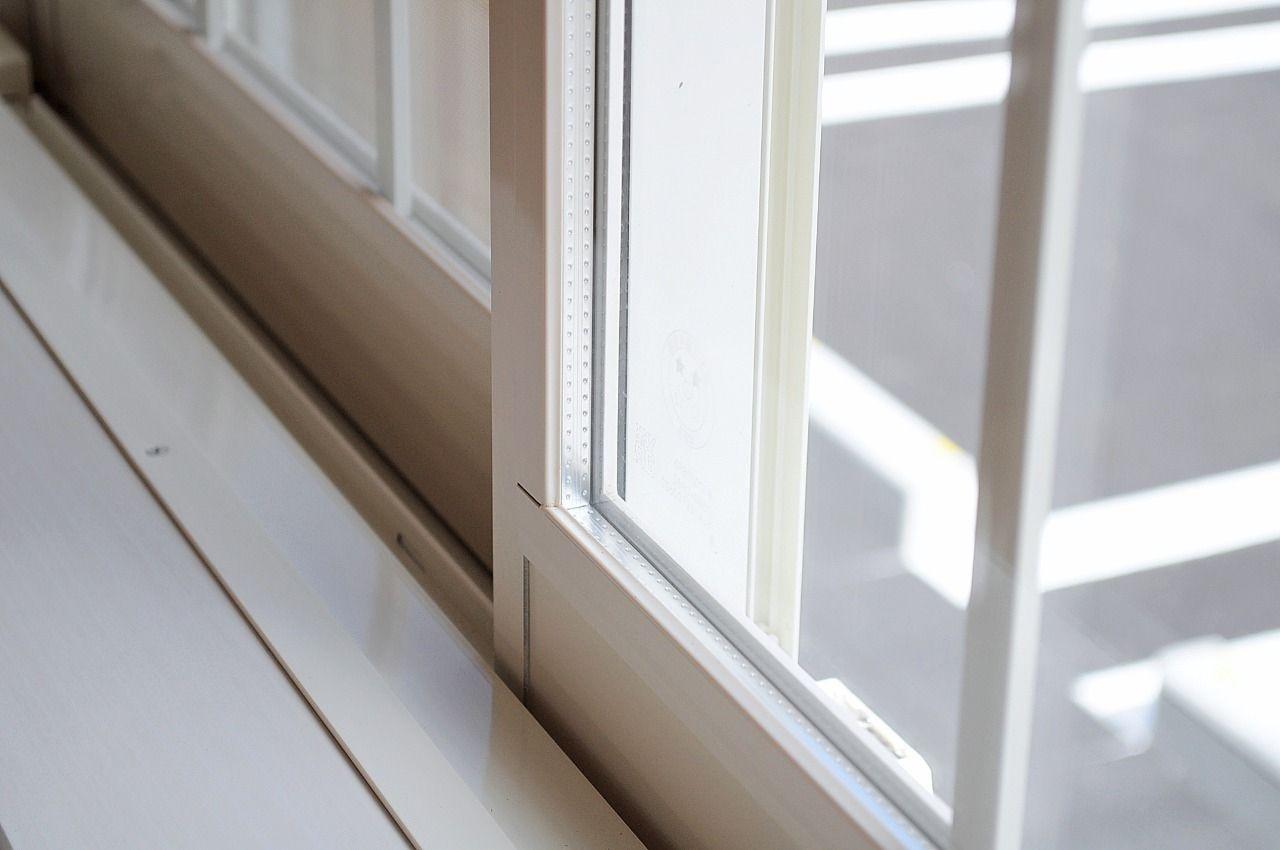 外気の熱を取り込みづらいペアガラス。室内側の枠には樹脂を採用し、冬場の結露も抑えます。