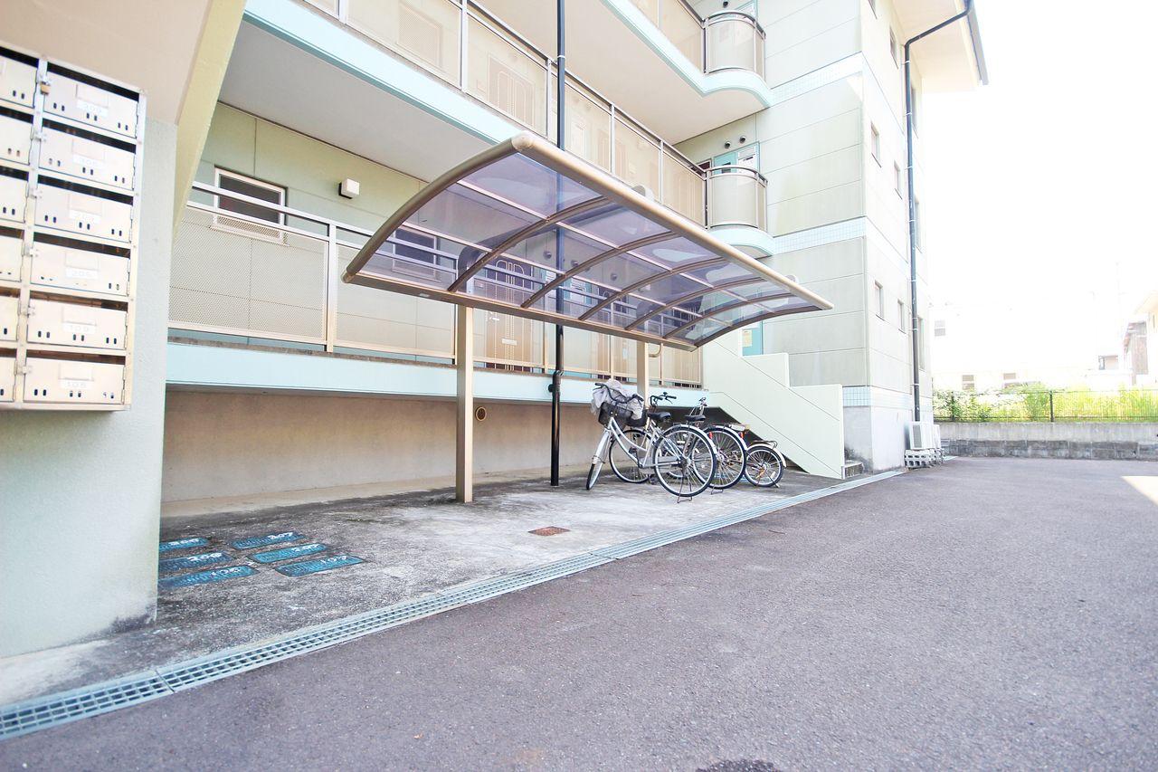 屋根付きの駐輪場が2ヶ所。運動や節約の為にも自転車の購入を検討してみてはいかがでしょう?