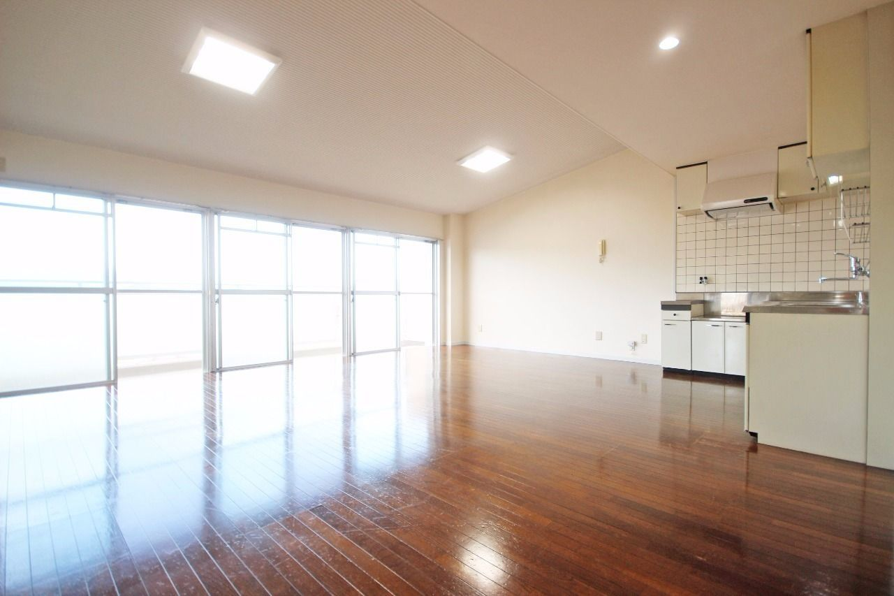 リビングも窓も広いです。大きな家具も置けます。
