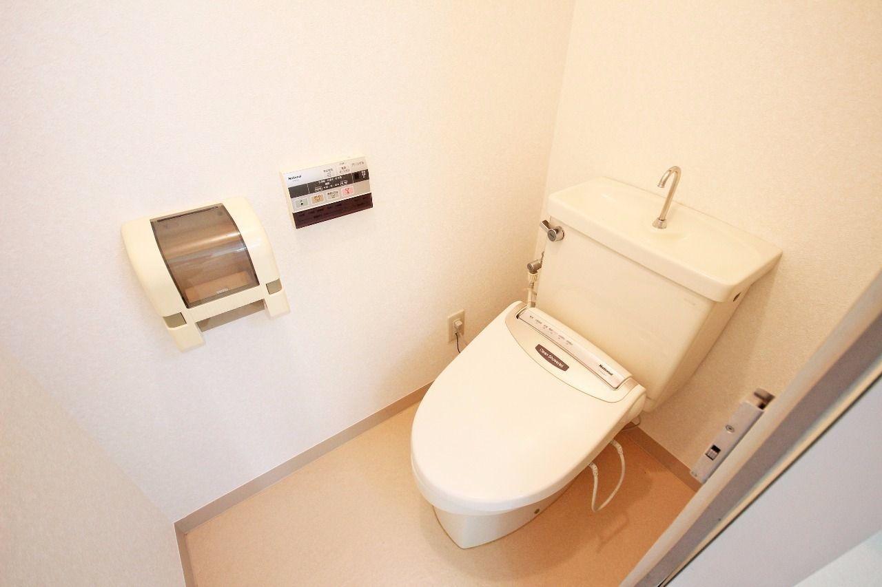 ウォシュレット付きのトイレ。 デリケートなおしりを清潔に保ってくれるアイテムです。