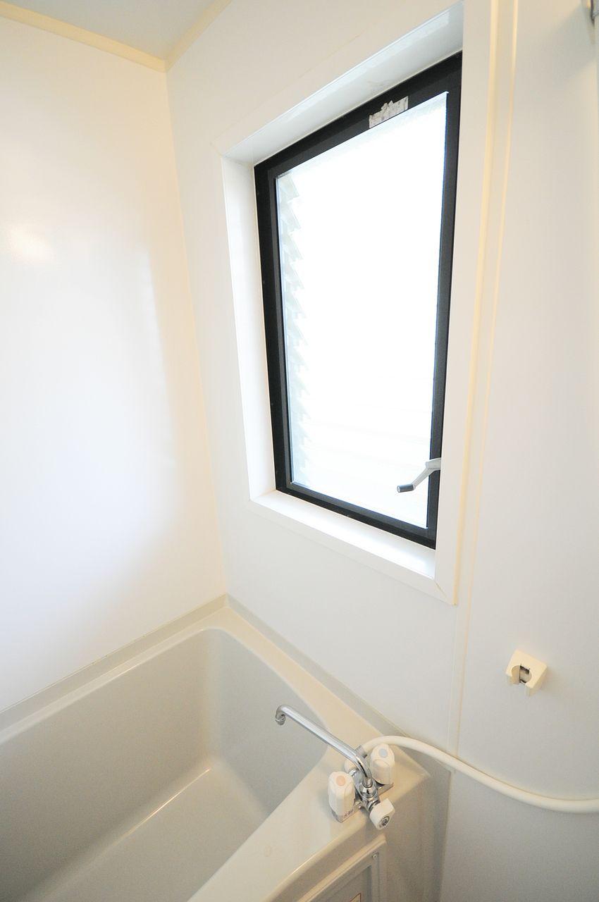 浴室窓はジャロジータイプ。ハンドルでルーバーの角度を変えて換気。開けてものぞかれる心配がないのはグッド!