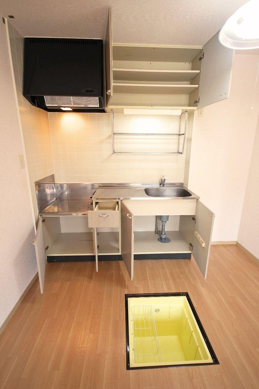キッチン収納・上部収納に床下収納。収納と名のつく物がいっぱいあるキッチン周りです。