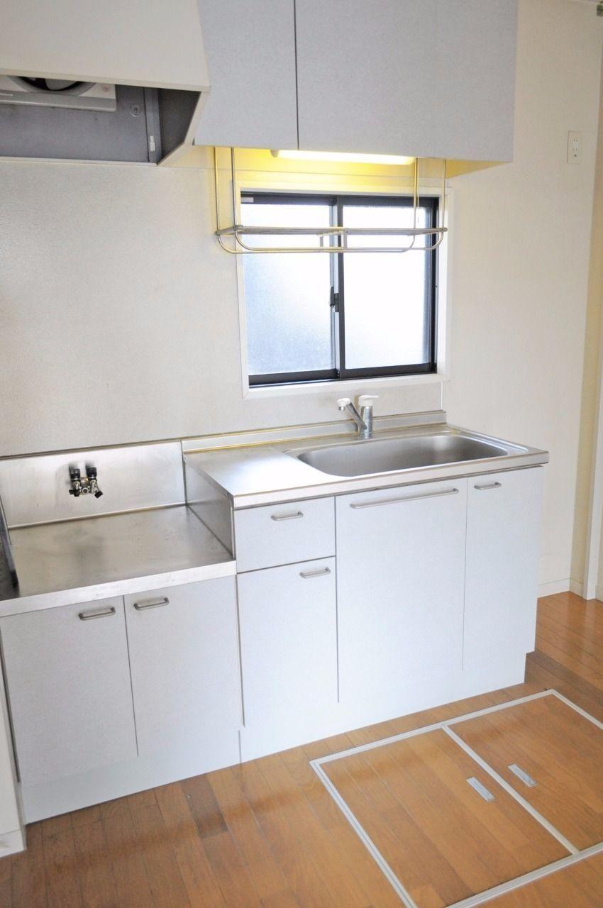 シングルレバー水栓のキッチンです。小窓がついているので明るく換気も良好!床下収納にはなにを収納しましょうか?