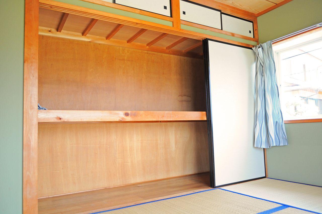 大容量の押入れがあります。手前には使用頻度の高い物を収納し、奥にはシーズンオフの衣服や家電など使用頻度の低い物を収納しましょう。