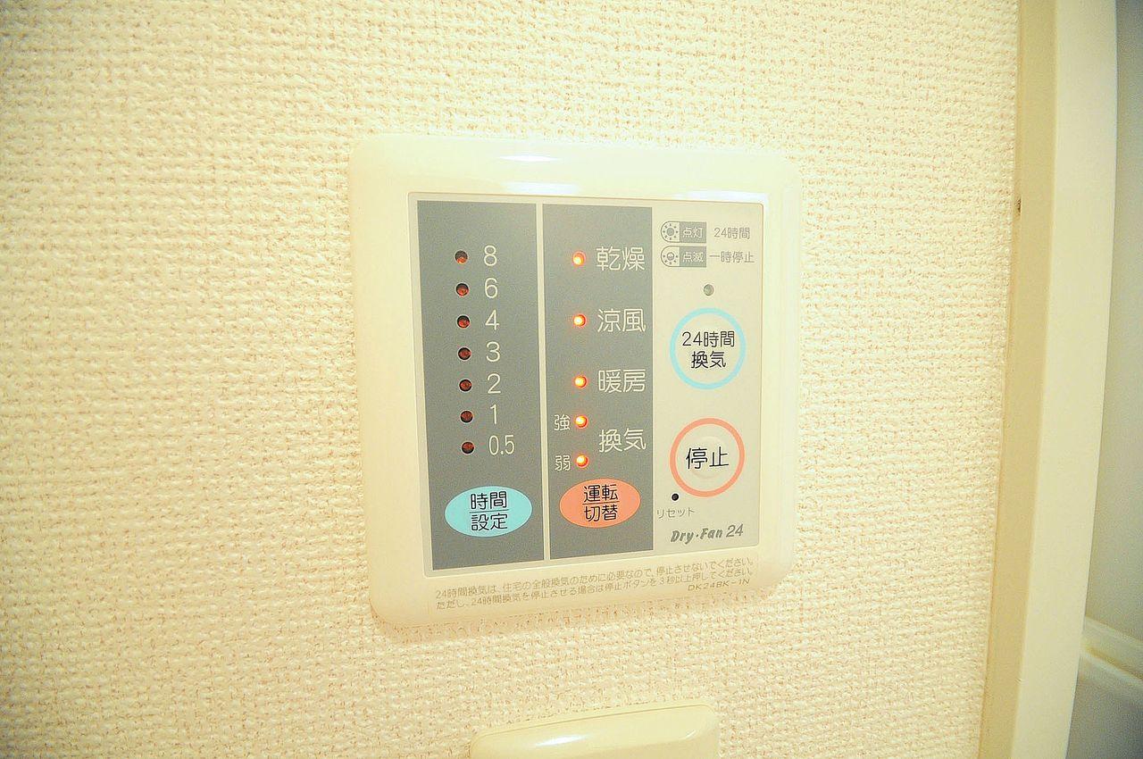 浴室には、雨の日でもカラッと洗濯物を乾かせる浴室乾燥機があります。夕方に洗濯物を取り込めない方にもオススメです。