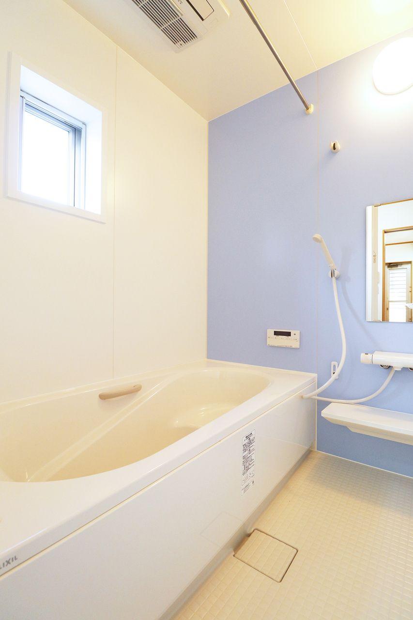 一坪風呂に追焚機能、浴室乾燥機までついています。雨の日のお洗濯物もこれで解決♪