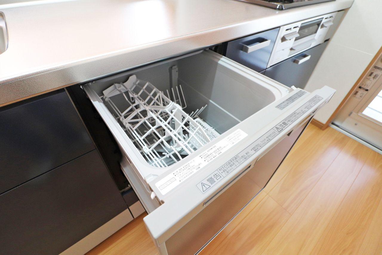 人気のカウンターシステムキッチンにはガス3口と食洗器がついています。これで後片付けも楽々♪