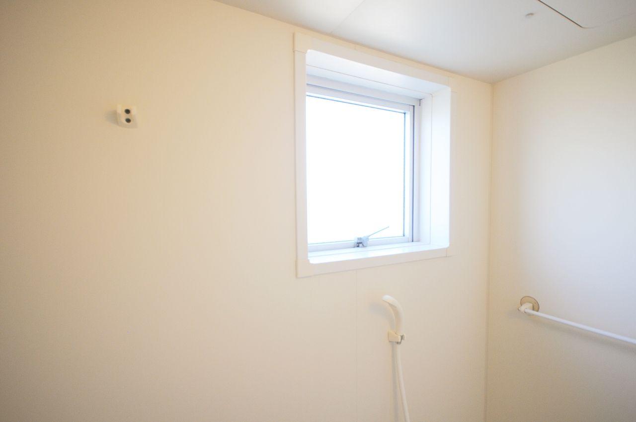 換気に便利な浴室窓付いています。