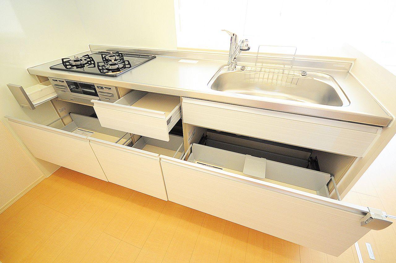 人気のカウンターキッチンにコンロとグリルが搭載されています。リビングの様子を見ながら料理ができます。