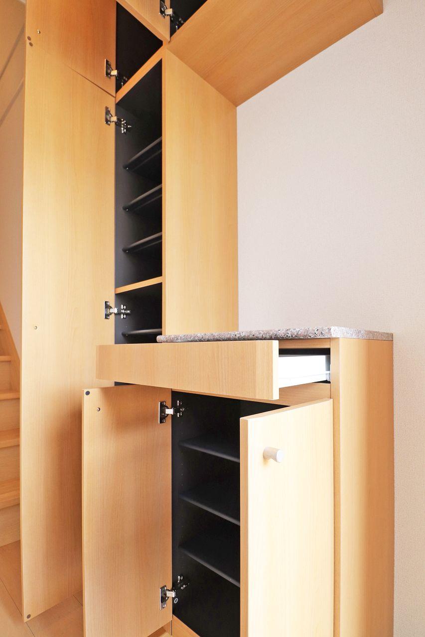 大容量のシューズボックスは家族全員分の靴を収納することができそう♪これで玄関はいつもキレイを保てますね。