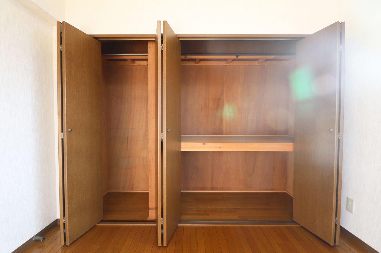 北側洋室と和室の収納は、壁一面の押入れとクローゼットになっています。荷物が多くても安心。