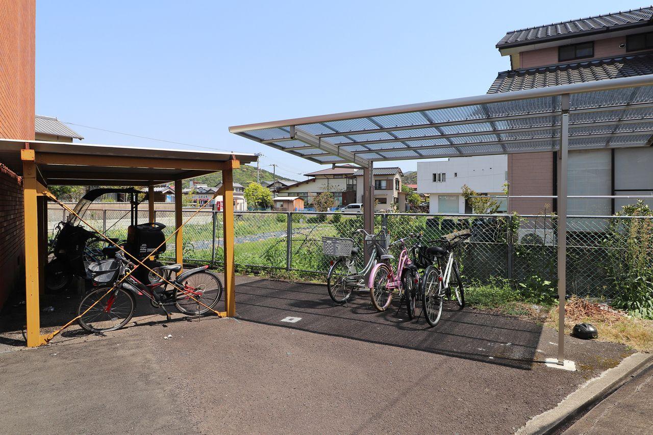 自転車も大切な交通手段。雨によるサビから守ってくれる屋根があると安心ですね。