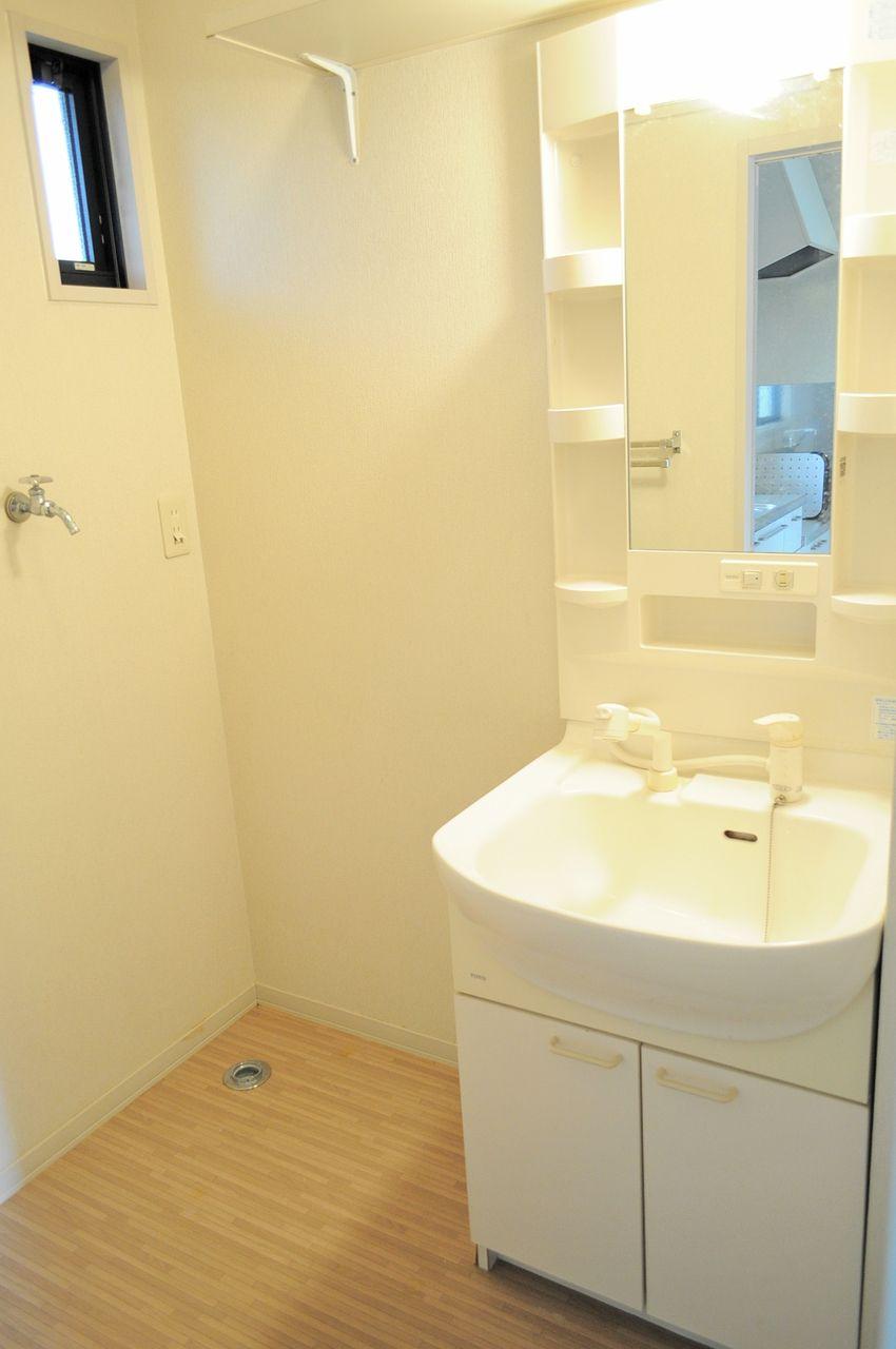 伸びるタイプのハンドシャワー付きなので、洗髪もボウルのお掃除も簡単に済んじゃいます♪