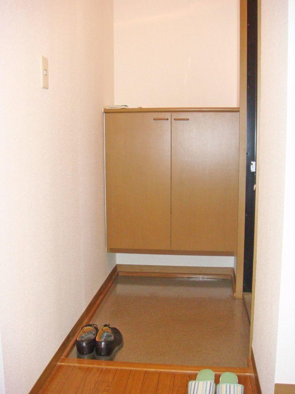 多くは収納できませんが、鍵や小物が置ける使い勝手のいい下駄箱です。