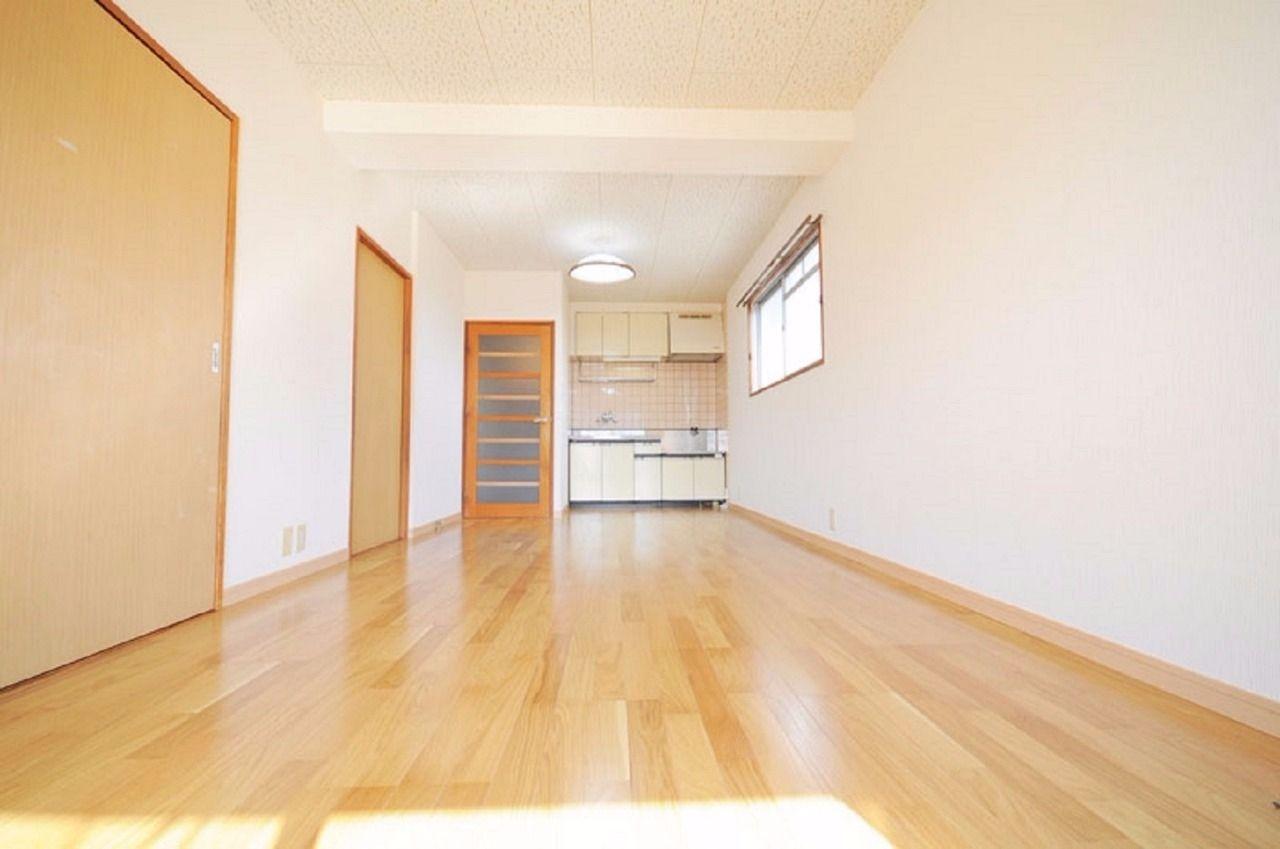 洋室・和室が隣接したLDK。家具のレイアウトが楽しめる空間です。。※募集中のお部屋は中部屋なので南側の窓のみです。