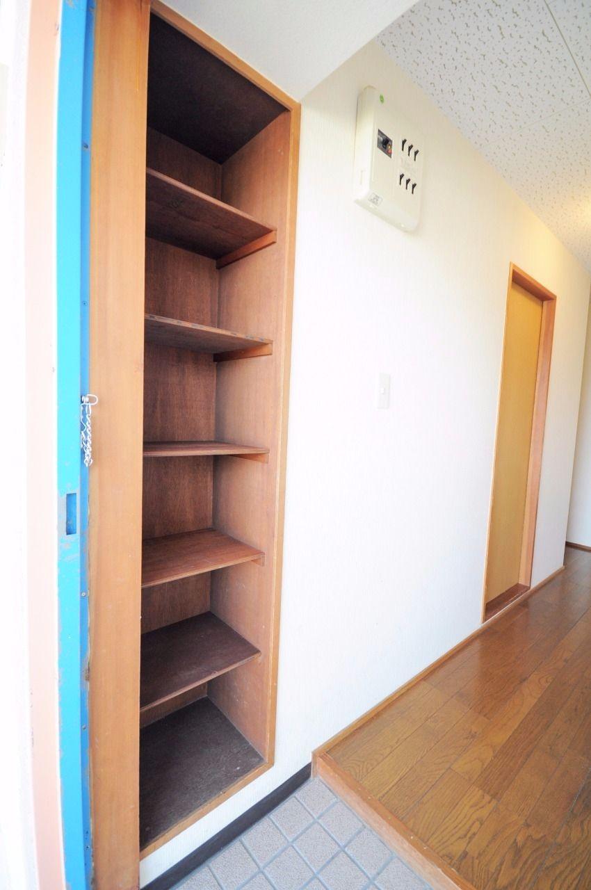 玄関は少し狭め・・なのでシューズボックスが設備として設置されています!玄関はいつもスマートに!