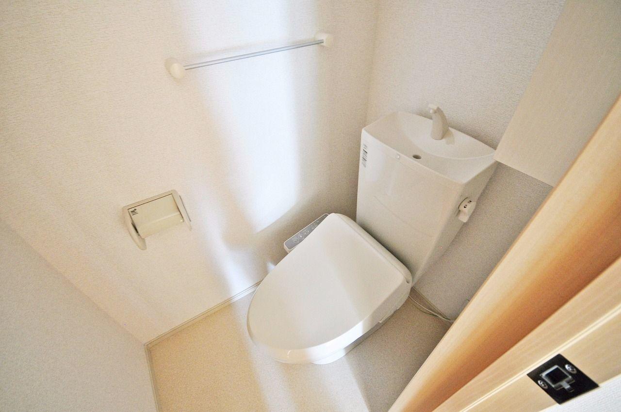 ウォシュレット付のトイレ。デリケートなお尻に必須のアイテムです。