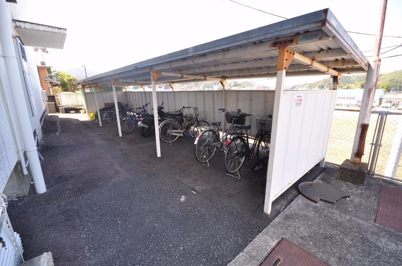 自転車置き場は募集中の101号室の横にあります。