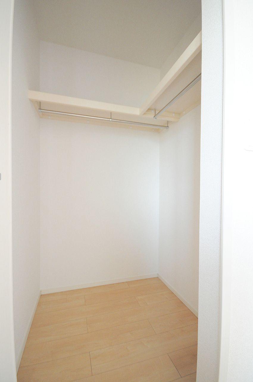 大容量のクローゼットなので洋服や季節家電をキレイに収納できます。