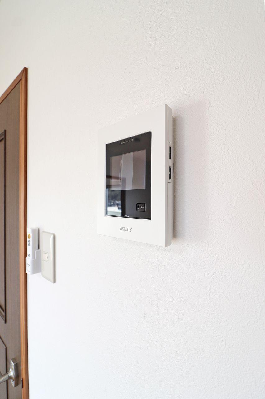 突然の来訪者も姿を確認して対応できる設備です。