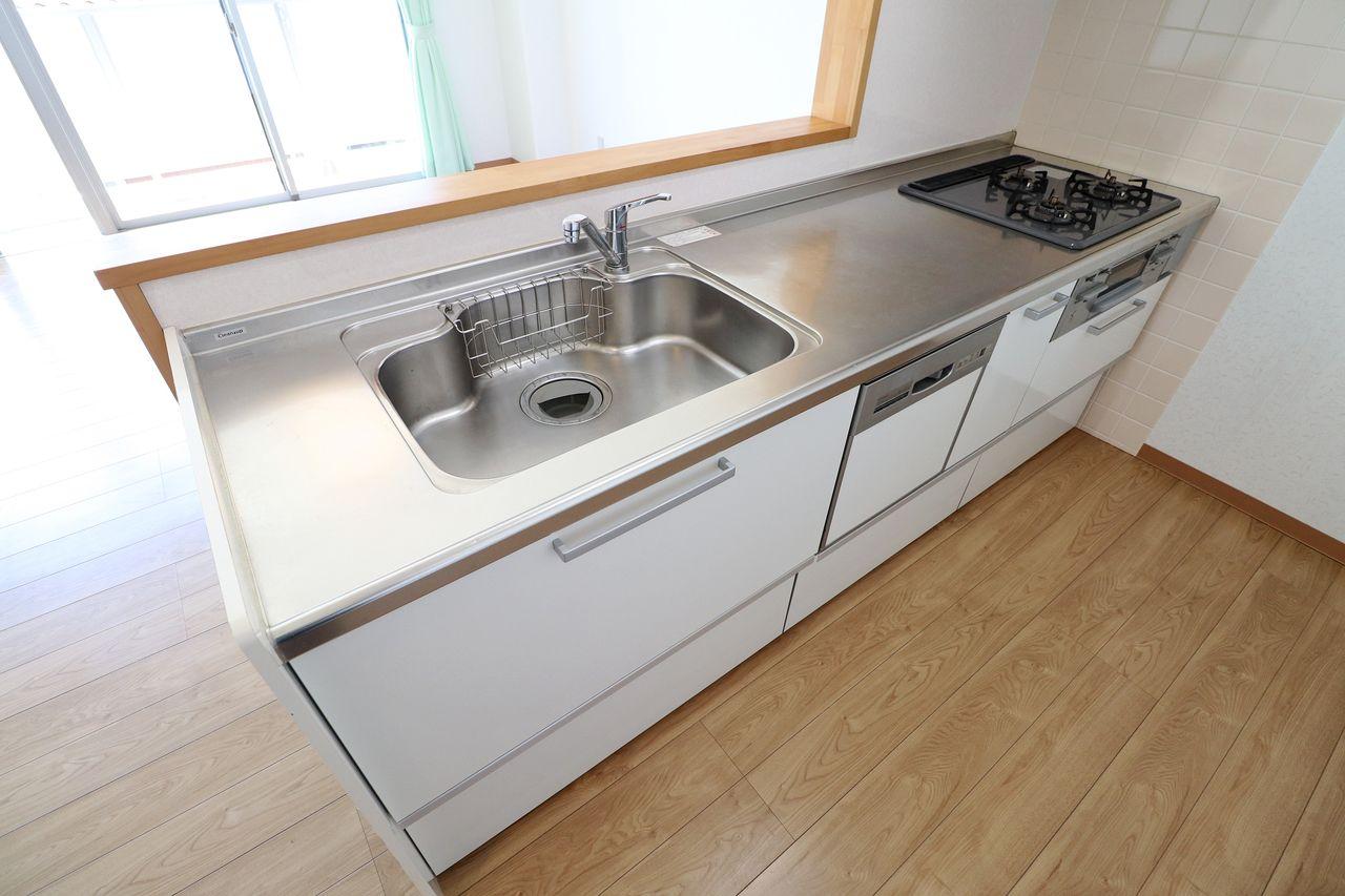 3口のガスコンロ、グリル、ビルトインの食洗機が装備されたカウンターシステムキッチン。シンクも広めなので、洗い物も楽そう!