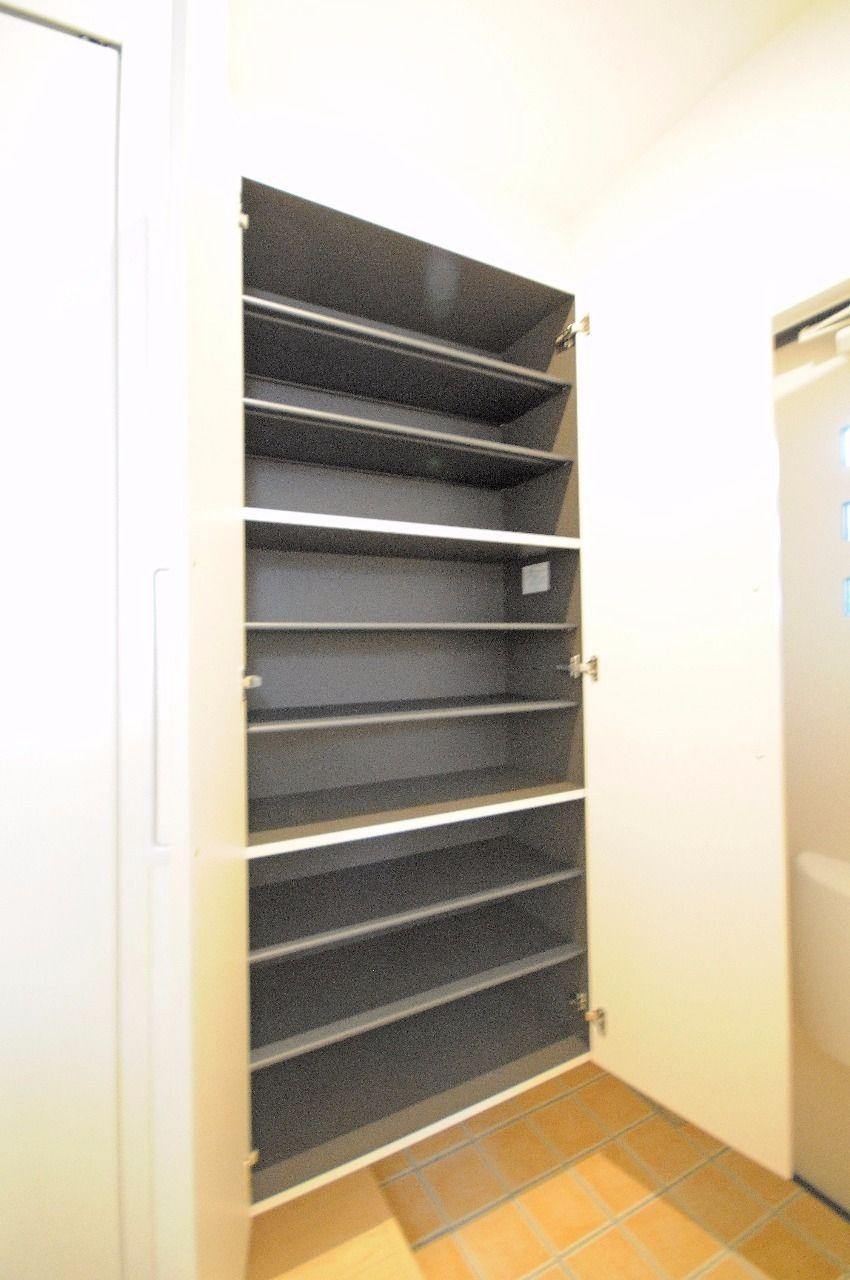 大容量のシューズBOX。高さ調整が可能なので、ブーツなども収納可能です。