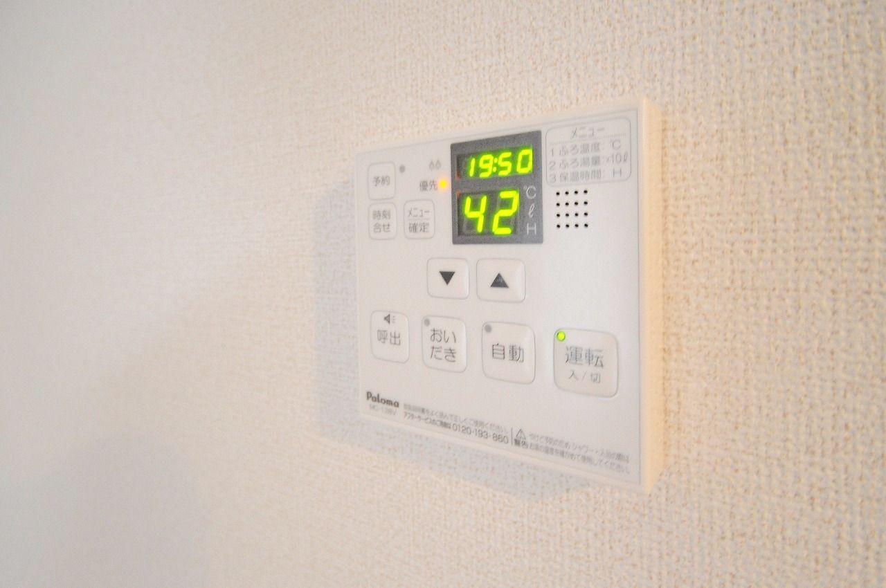 温度設定・自動湯張り・追い焚き機能が付いています。それ以外に、浴室とDKの人が話すこともできます。
