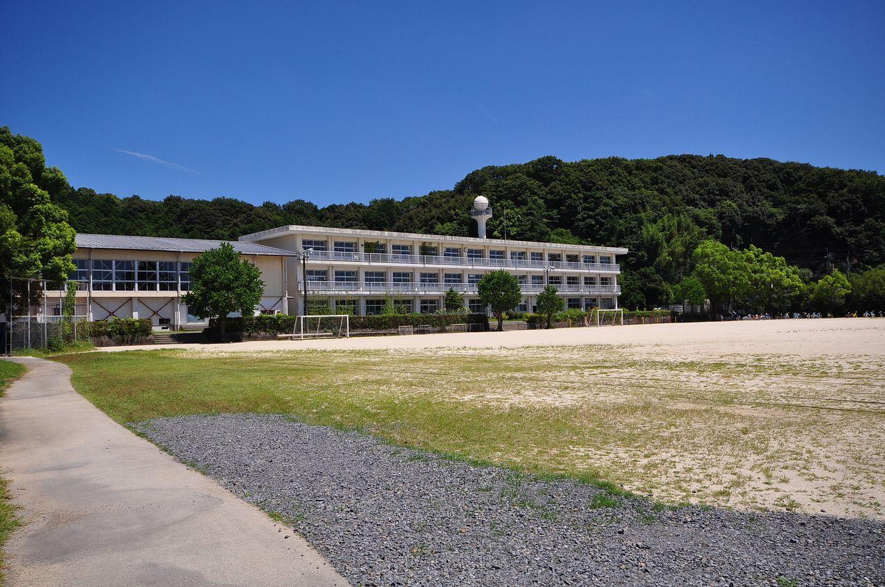 広いグラウンドが自慢の南小学校。徒歩15分ほどの距離です。