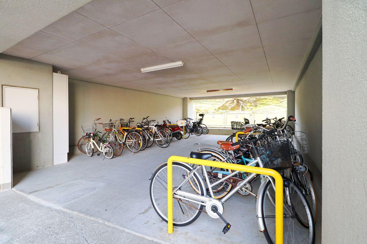 建物内に雨ざらしにならない駐輪場があります♪ルールを守ってご利用下さい。