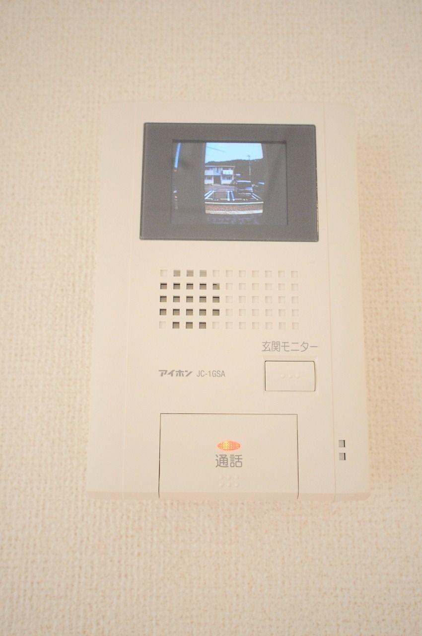 外の様子を室内から確認できるモニターホンです。カラーでより見やすい安心の設備!
