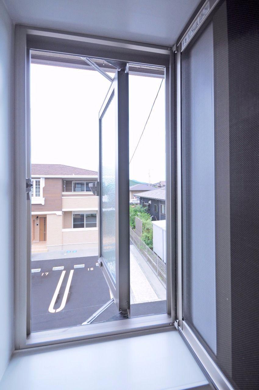 換気がしやすい。だけでなく、窓から入る光・外を見られるので閉塞感があまりありません。網戸も付いています。