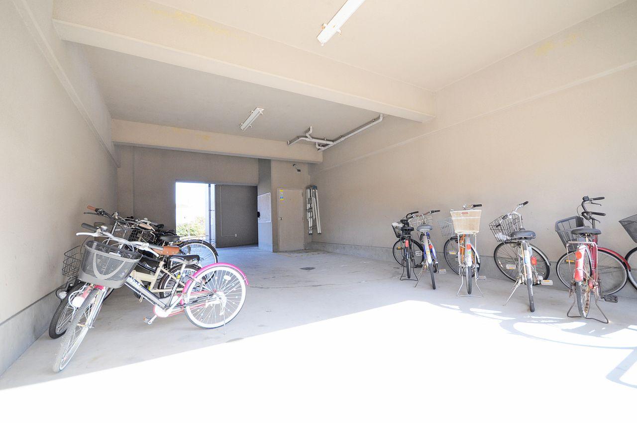 自転車も大切な交通手段。雨によるサビから守ってくれます。