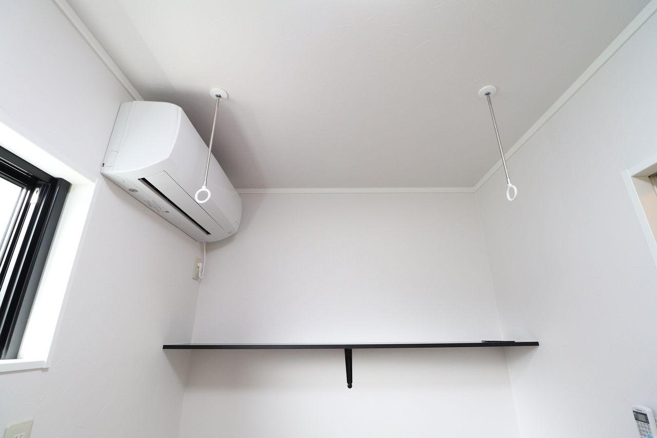 洗面脱衣所には室内物干しとエアコンが♪お洗濯物の乾燥だけでなく、じめじめした夏でも、寒い冬も快適なお風呂上りに。