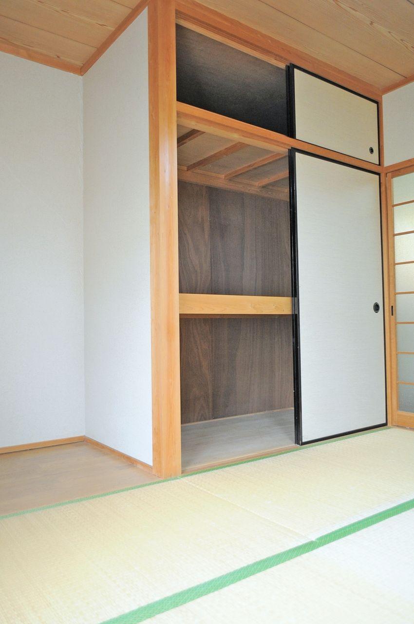 和室には押し入れがあります。上の段には普段あまり使わないものを収納すると良さそうです♪