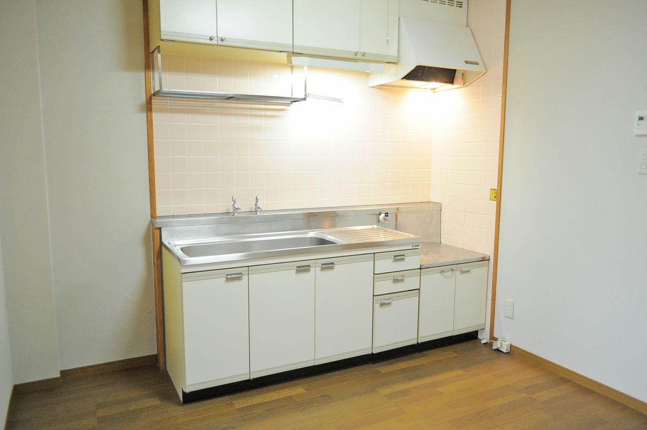 ひとり暮らしならじゅうぶんなサイズのキッチン。お料理好きな方にもきっとご満足いただけるはず♪