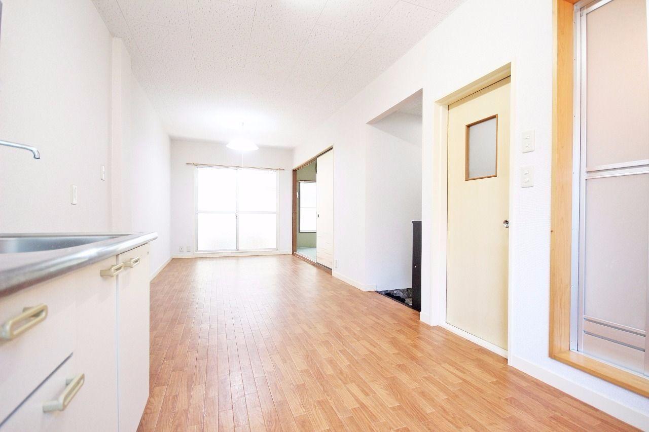 建物の縦幅と同じ、縦長のLDKです。少し大きめの家具を置いても窮屈に感じないのではないでしょうか。