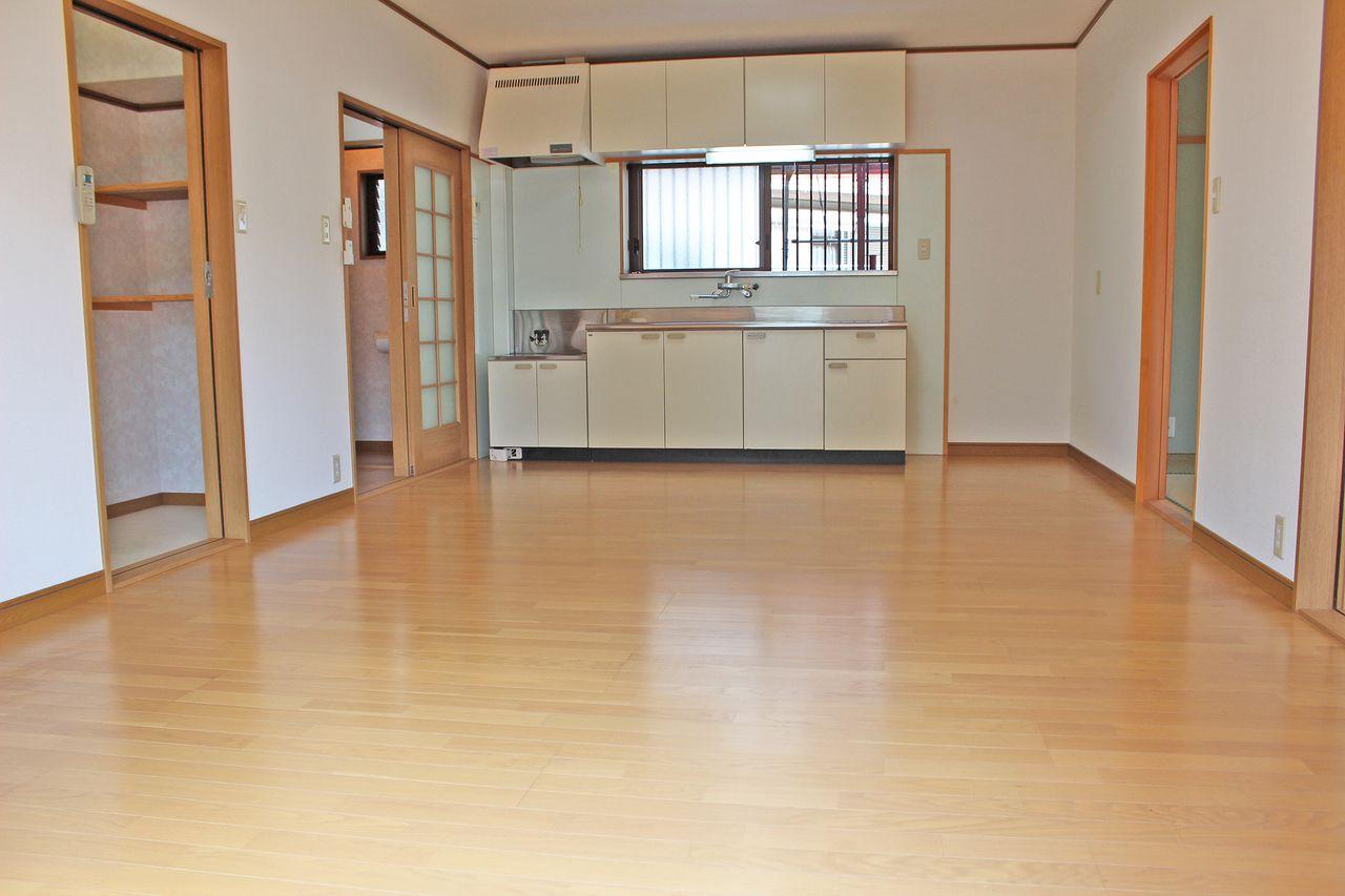 ゆったりサイズのLDK。キッチンも大きく、生活の中心に最適です。