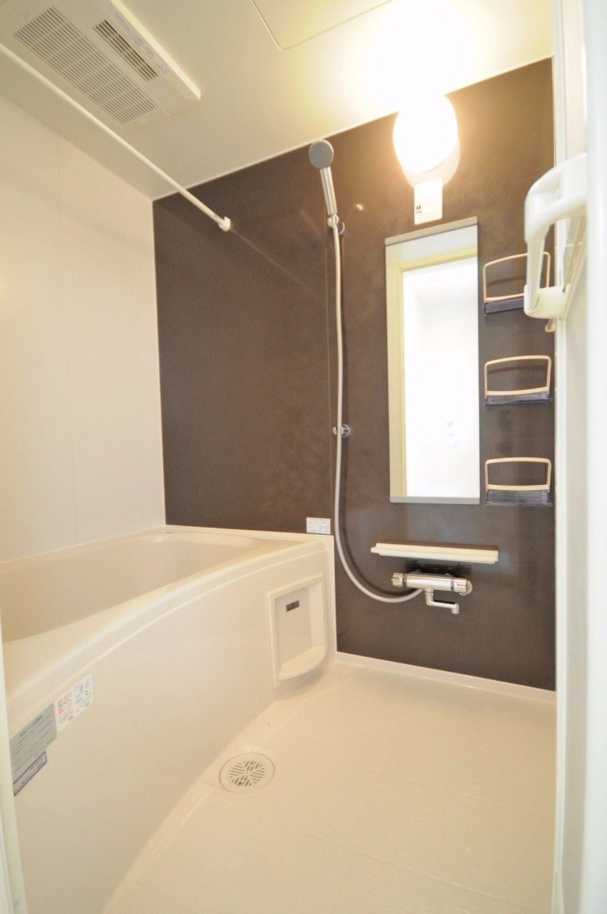 浴室乾燥機、追焚機能、サーモスタット水栓などが付いている優秀な浴室です。