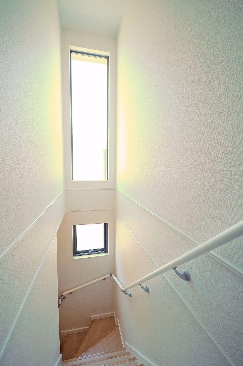 階段には大きな窓と吹き抜けがあり、明るく開放的な空間になっています。