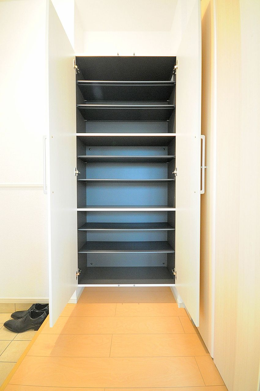 玄関が狭めなので大容量のシューズボックスがしっかり付いています。玄関スペースはいつもスマートに!