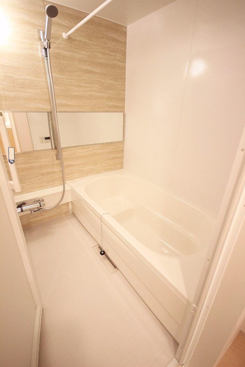 足が伸ばせるお風呂。温度調整ができるサーモスタット水栓が設置されています。