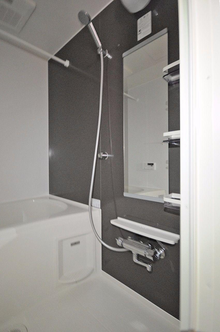 浴室乾燥機付きのお風呂。梅雨時のお洗濯にも困りません。急な来客があっても、ここに干しておけます。